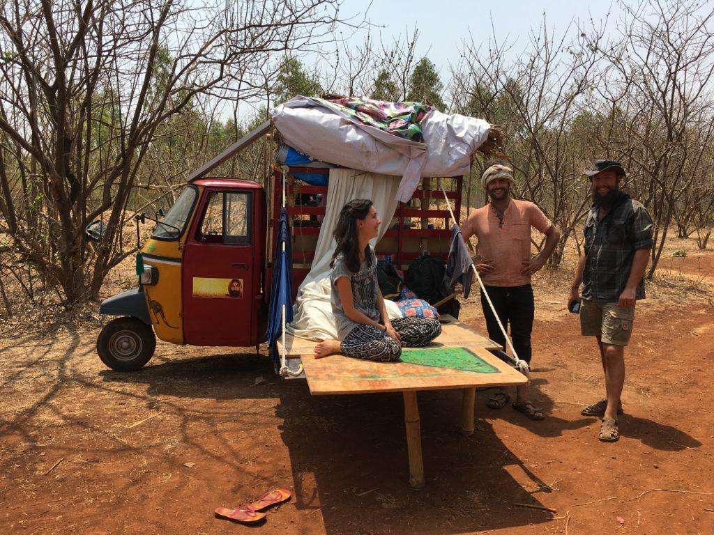 Вълшебната рикша на двамата австралийци и опитни пермакултуристи.